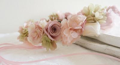 「ヌーディピンクとベビーピンクの花冠」です。