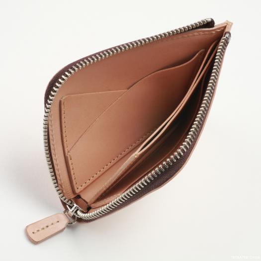 52101f96b0dc 二折財布には珍しいL字型ラウンドファスナーが、お財布の中身をしっかり守ってくれます♡