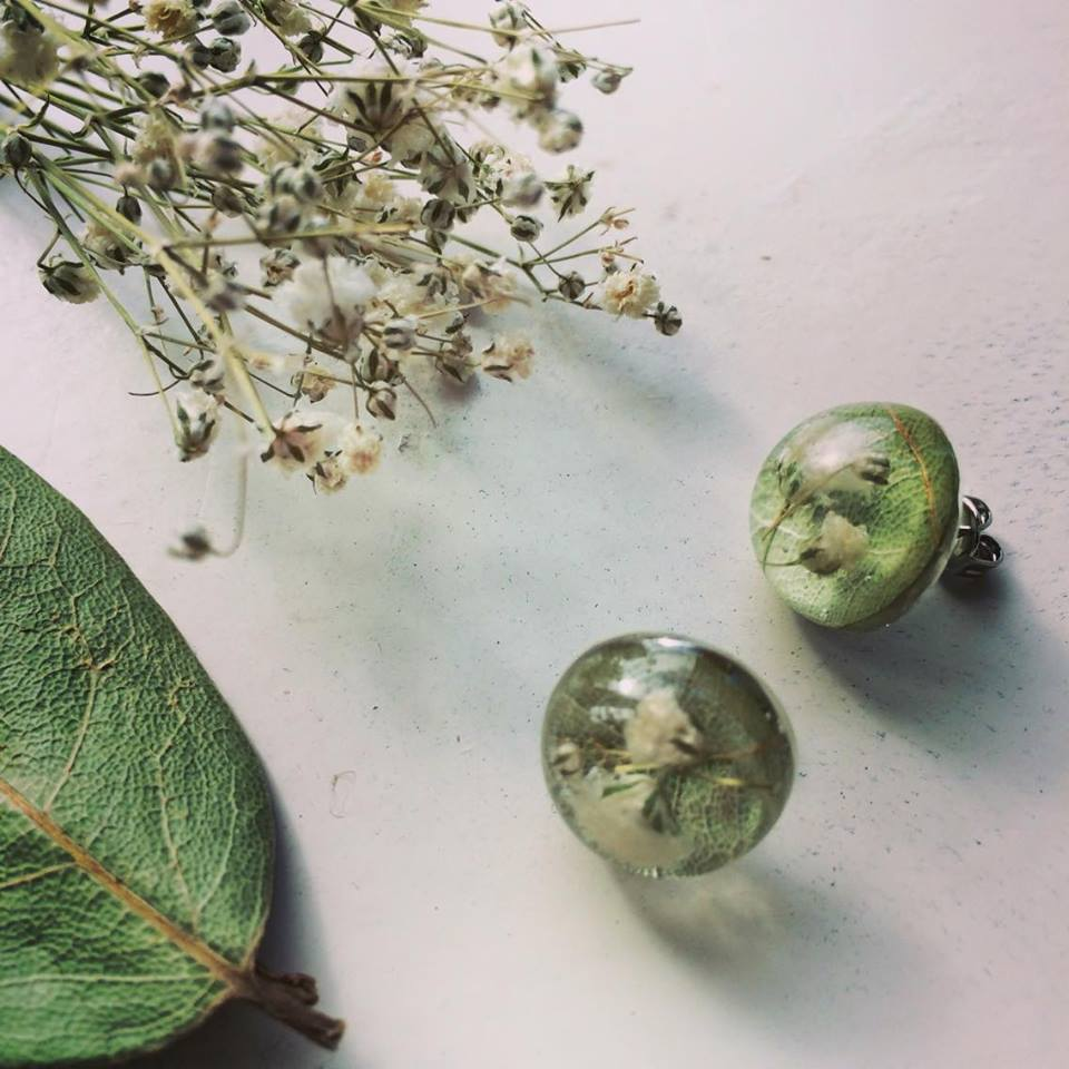 ローリエの葉脈が透けて見える。白と緑のコントラストが爽やかなピアス。