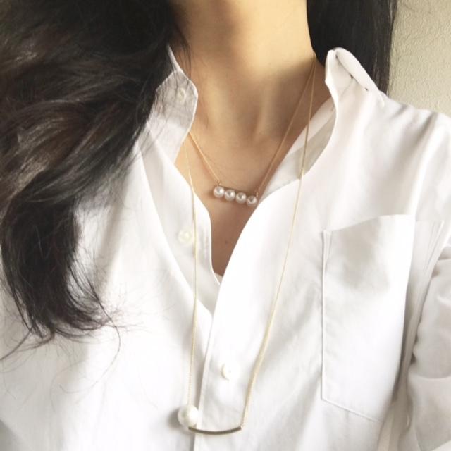 ホワイトシャツの胸元を素敵に飾る4連パールネックレス
