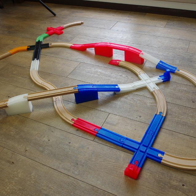 木製の線路とプラレールをつなげてしまう魔法の線路で、子供たちをアッと驚かせてみませんか?