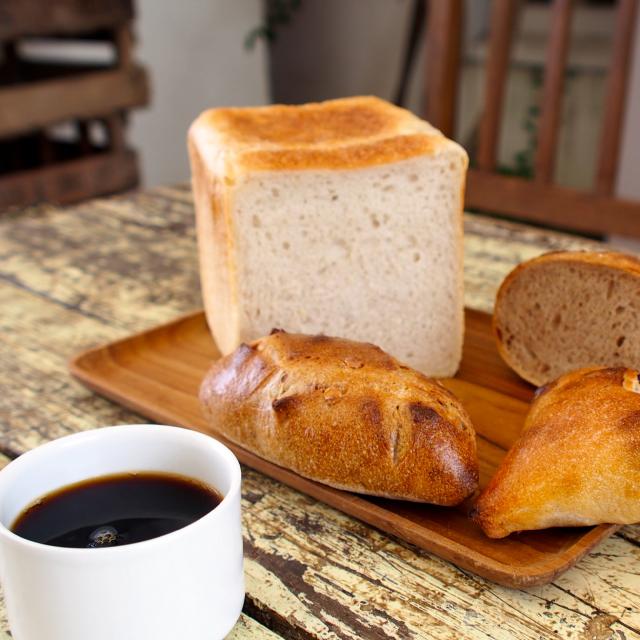 \なんて幸せな朝でしょう!/夏の食卓を彩るパンとコーヒーのこと