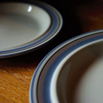 """◆""""湖""""をイメージした、""""Finland""""のヴィンテージ食器は、食卓に涼やかな風を運んでくれます。"""