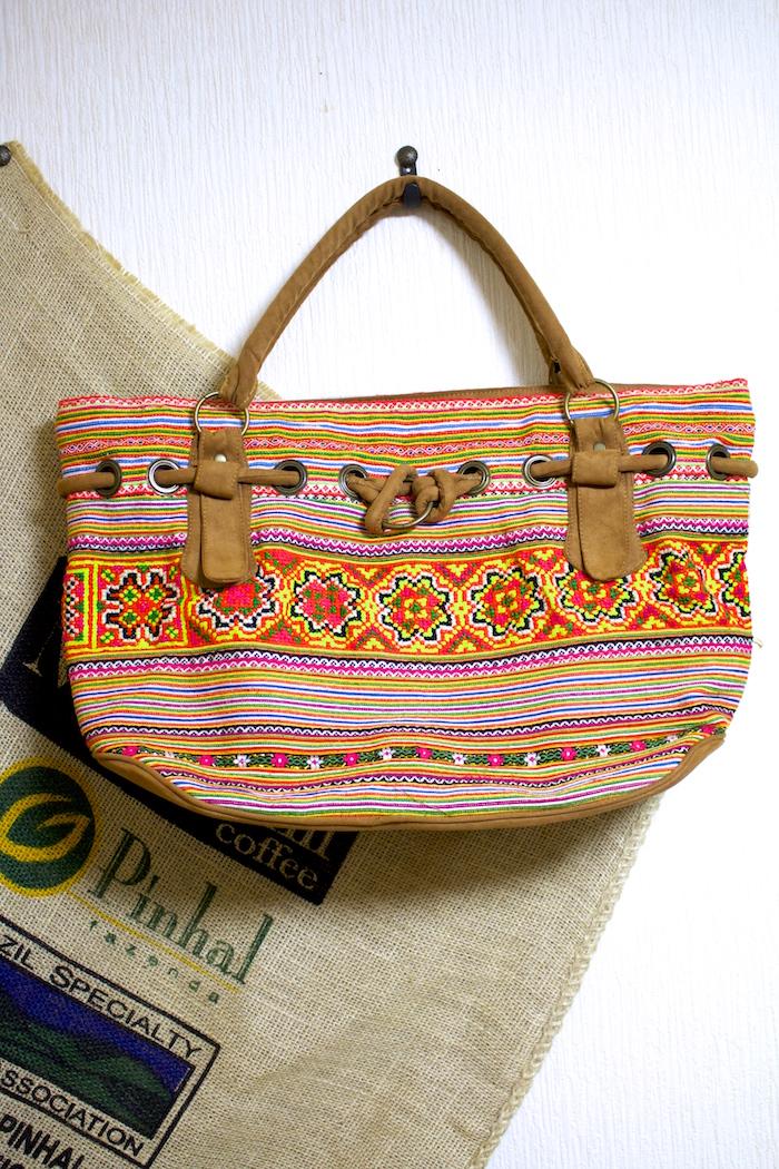 タイに住む山岳民族「モン族」が作る色鮮やかなエスニックトートバッグを身につけ、夏を満喫しよう!!