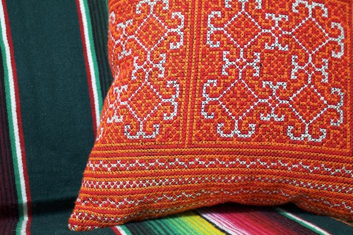 あなたの暮らす部屋をもっと鮮やかにコーディネート!刺繍が可愛いハンドメイドクッションカバー