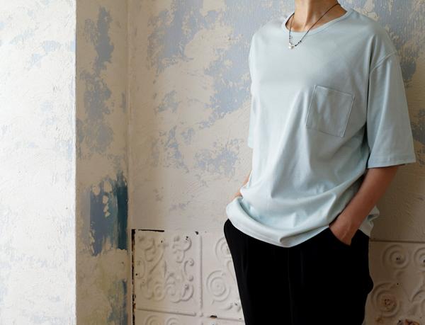 体のラインを隠しながら、すっきりきれいに、ポケットTシャツ。