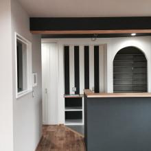 住宅デザイナーの願いから生まれた。ハッピーな家づくりのためのこだわりストライプの壁紙!