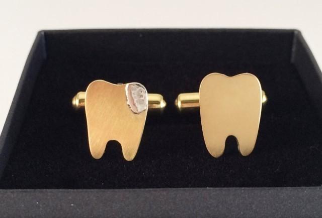 歯科関連職の方に送りたい・・虫歯と健康な歯のユニーク真鍮カフス