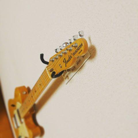 賃貸住宅でもギターを壁にかけたい!そんなギタリストの夢をかなえるアイテム「壁美人ギターヒーロー」
