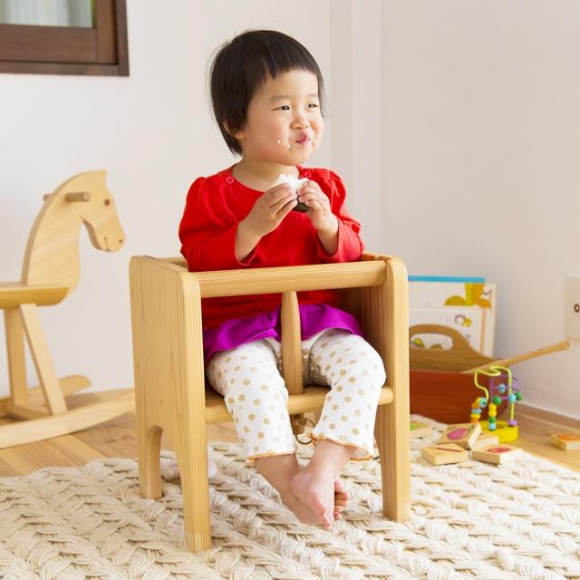 成長してもずっと使える赤ちゃん椅子「うりぼう」。国産杉材のやさしい木肌が赤ちゃんを包み込みます。