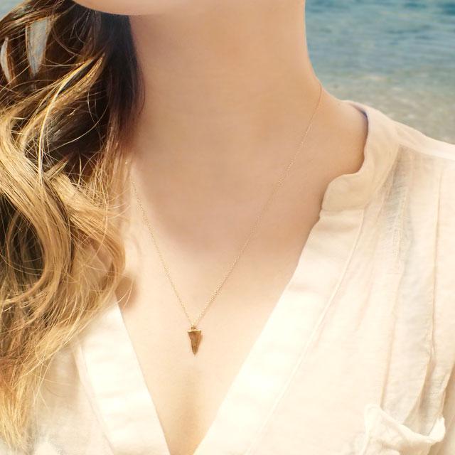 夏を感じるマリンモチーフ サメの歯ネックレスで洗練された大人の夏コーデを♡