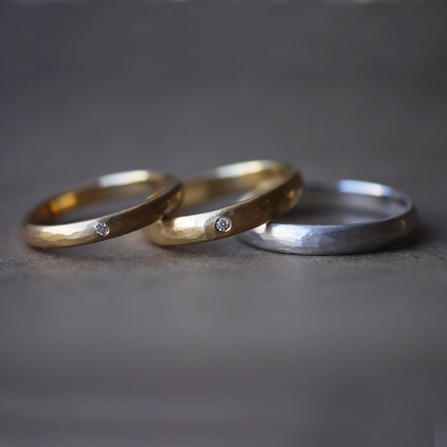 ハンマー仕上げのハンドメイドの結婚指輪「Passage of time」